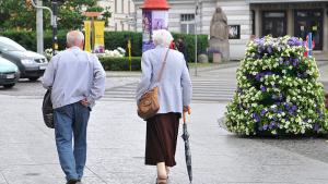 Na zdjęciu para seniorów na starówce