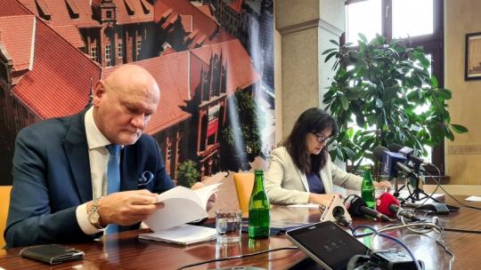 Na zdjęciu prezydent Torunia Michał Zaleski oraz Skarbnik Miasta Magdalena Flisykowska