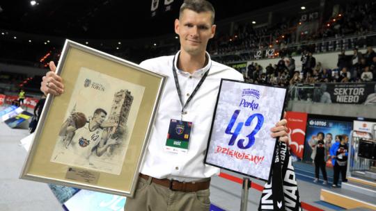 Na zdjęciu Aleksander Perka trzyma dwie grafiki