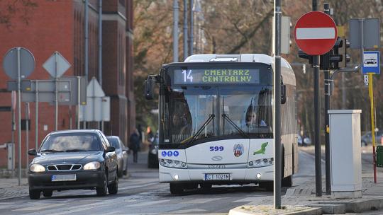 Na zdjęciu autobus linii 14 stoi przy skrzyżowaniu