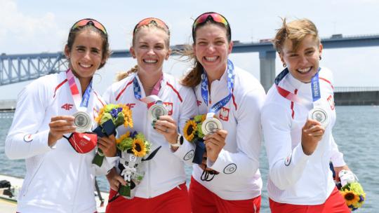 Wioślarki pokazują srebrny medal olimpijski