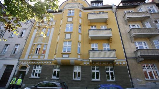 Na zdjęciu żółta kamienica - siedziba Centrum Wsparcia Biznesu