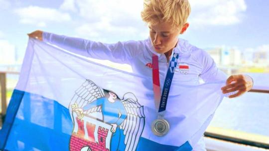 Kasia Zillmann ze srebrem i flagą Torunia, fot. AZS UMK