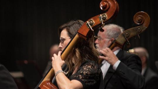 Kobieta i mężczyzna - wiolonczeliści podczas koncertu