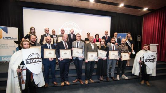 Na zdjęciu: przedsiębiorcy nagrodzeni certyfikatem Made in Toruń z prezydentem Michałem Zaleskim