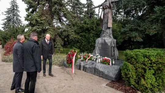 Złożenie kwiatów pod pomnikiem bł. ks. Jerzego Popiełuszki