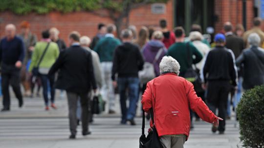 seniorka idąca ulicą