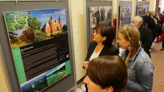 Na zdjęciu: kobiety oglądają zdjęcia na wystawie obiektów na liście UNESCO