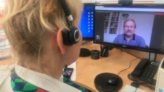 Na zdjęciu konsultantka ZUS rozmawia on-line z klientem