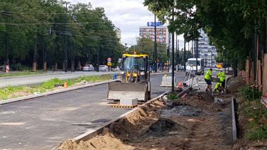 Na zdjęciu: maszyny i ludzie pracujący na poboczu w rejonie Al. św. Jana Pawła II