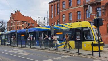 Na zdjęciu widać pasażerów wysiadających z tramwaju