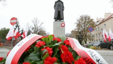 Pomnik Hallera z kwiatami