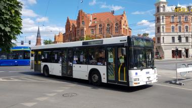 Na zdjęciu: autobus MZK na tle Urzędu Miasta Torunia