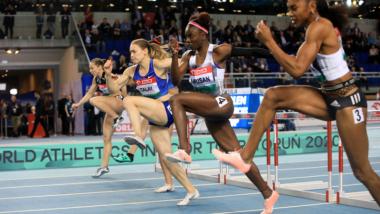 Na zdjęciu widać biegnące sprinterki podczas zawodów