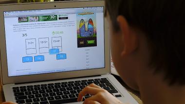 Na zdjęciu: uczeń korzystający z laptopa