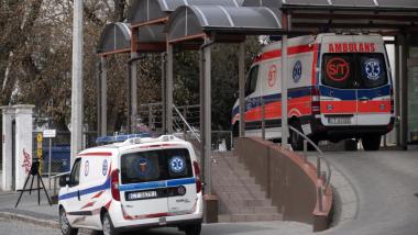 Przed Szpitalem Zakaźnym w Toruniu stoją dwie karetki