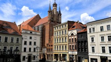 Kamienice na Rynku Staromiejskim, w tle wieża kościoła pw. Najświętszej Marii Panny
