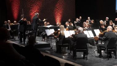 Na zdjęciu: muzycy i dyrygent na scenie CKK Jordanki