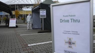 Na zdjęciu widać namiot, w którym przeprowadzane są testy