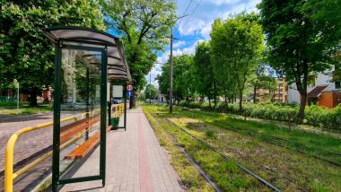 Na zdjęciu przystanek i tory tramwajowe