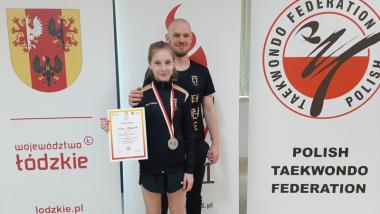 Na zdjęciu Zuzanna Błażejewska, srebrna medalistka w taekwondo z trenerem