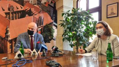 Na zdjęciu prezydent Michał Zaleski i Anna Kulbicka-Tondel rzecznik prasowy w maseczkach podczas konferencji prasowej