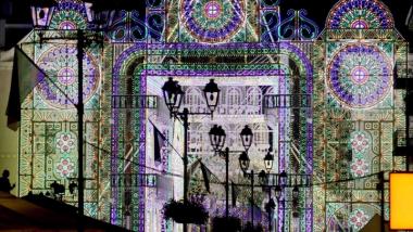 Na zdjęciu ul. Szeroka podświetlona iluminacjami podczas Bella Skyway Festival