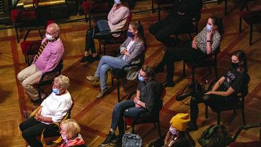 Publiczność w maseczkach w Dworze Artusa, fot. Natalia Wieczorek