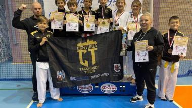 Na zdjęciu: zawodnicy klubu Centuria Toruń z dyplomami i medalami