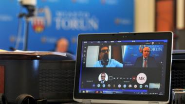 Na zdjęciu widać monitor, a na nim okienka z uczestnikami sesji Rady Miasta