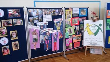 Na zdjęciu stojaki z pracami uczniów