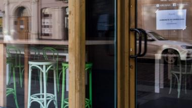 Na zdjęciu widać zamkniętą restauracje, puste miejsca w środku