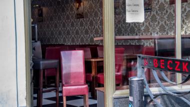 Na zdjęciu pusty lokal gastronomiczny z zewnątrz