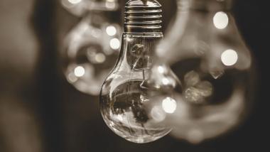 Na zdjęciu: żarówka elektrooszczędna