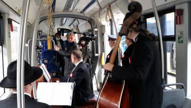 W tramwaju są muzycy, którzy grają koncert
