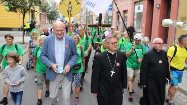 Na zdjęciu prezydent Torunia Michał Zaleski oraz pielgrzymi idą ulicami Torunia