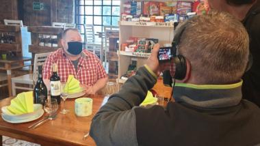 Na zdjęciu widać operatora kamery filmujące rozmowę z właścicielem restauracji Planeta Lewobrzeże