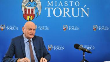 Na zdjęciu prezydent Michał Zaleski mówi do mikrofonu podczas konferencji