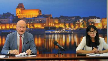 Na zdjęciu widać prezydenta miasta Torunia Michała Zaleskiego i skarbnika miasta Magdalenę Flisykowską-Kacprowicz siedzących przy stole konferencyjnym w czasie konferencji prasowej