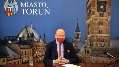Na zdjęciu prezydent Michał Zaleski z czerwoną maseczką podczas konferencji