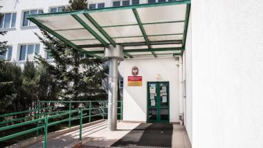 Na zdjęciu wejście do budynku Powiatowego Urzędu Pracy dla Miasta Torunia