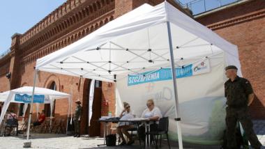 Punkt przyjmowania kwestionariuszy w namiocie przed Muzeum Twierdzy Toruń