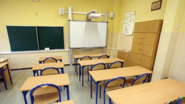 Na zdjęciu: pusta sala lekcyjna