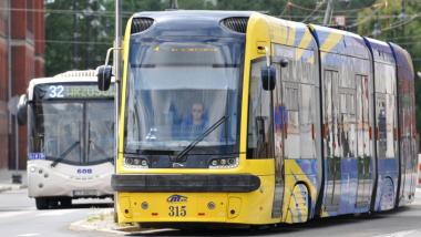 Na zdjęciu widać żółto-niebieski tramwaj