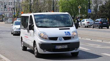 Na zdjęciu mikrobus przeznaczony do przewozu osob z niepełnosprawnością