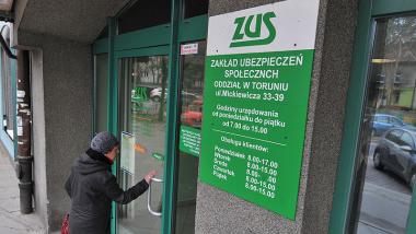 Kobieta wchodzi do toruńskiego oddziału ZUS, fot. Małgorzata Litwin