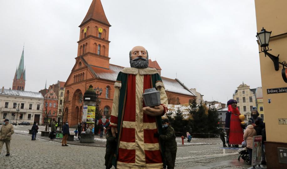 Figura jednego z trzech króli wyrusza z Rynku Nowomiejskiego, w tle budynek Tumultu