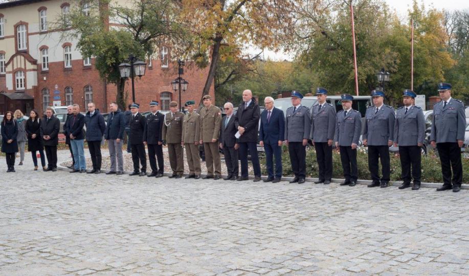 Na zdjęciu: goście otwarcia wystawy nt. historii policji stoją na dziedzińcu Muzeum Twierdzy Toruń