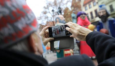 Mieszkańcy patrzą na figury trzech króli