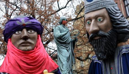 Dwie z figur trzecjh króli pomiędzy nimi widać pomnik Mikołaja Kopernika